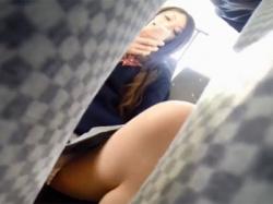 ※JKのパンチラやOLの胸チラあり!バスに乗車する女性を片っ端から盗撮していくぅwwwの画像