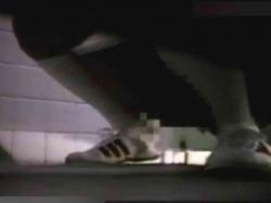 【JCトイレ盗撮】ホンモノ素人女子中〇生をガチ盗撮!公衆便所で和式便器に跨って喘ぎ声を漏らしながらオナニーwの画像