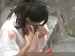 【胸チラ】祭りで汗ばんだおっぱいを拭くJKちゃんのノーブラ浴衣の盗撮がこちらwwwの画像