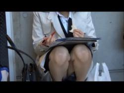 就活中でリクルート姿のJDを盗撮!面接が終わり気が抜けて開いた足から座りパンチラがご開帳wの画像