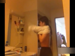 JCの妹を家庭内盗撮!脱衣所で着替えを覗き、発育途中の美乳やプリケツを撮影!の画像