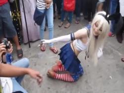 【イベント盗撮】キモオタに囲まれたうさ耳付けたセクシーなコスプレイヤーをカメラ小僧に紛れてスマホのムービーで撮影wの画像
