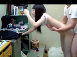 【無修正海外盗撮】部屋に備え付けた定点隠しカメラで彼女とのセックスを盗撮した素人韓国人の激しい立ちバックと正常位を無修正でwの画像