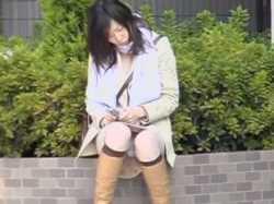 座りパンチラ盗撮!よく見えないとそっと近づいてスカートめくり純白パンツ接写の画像
