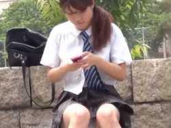 座りパンチラ盗撮!突然立ち上がってお尻を突き出しよく見せてくれる無防備女子の画像