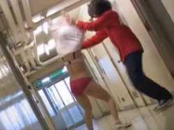 ブラが見えるほど大きくスカートめくり!赤パンツ丸出しで回転する幼児体型看護婦の画像