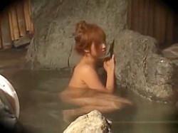 混浴露天風呂でおっぱいを隠しながら意を決して声をかけるむちむち茶髪ギャルの画像