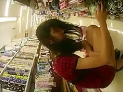 店内パンチラ盗撮!しゃがんでるミニスカ娘を狙うと突然立ち上がってパンツ丸見えの画像