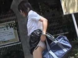 ベンチから立ち上がるとパンツ下し!マン毛を見られても慌てないおっとり制服娘の画像