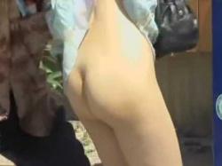 ノーパンスカートめくり!ちょびマン毛に色白お尻を確認すると声をかけて嫌がらせの画像