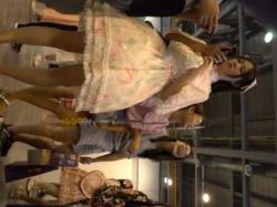 コスプレ美少女パンチラ盗撮!パンツと同時に背中も見えるスカートが広がったドレスの画像