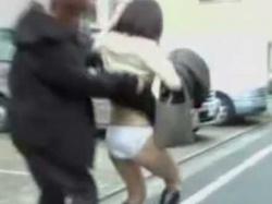 強襲スカートめくりパンツ下し!一瞬で純白パンティーもお尻も丸出しにされる美女の画像