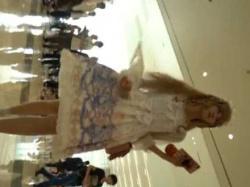 コスプレパンチラ盗撮!ひらひらドレスの中はマンスジ食い込みパンティーの美少女の画像