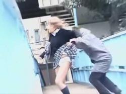 歩道橋でスカートめくり!すれ違いざまに純白デカパンティーを丸出しにされる制服娘の画像