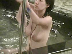 露天風呂盗撮!体を反らせてもおっぱいは垂れ下がっちゃうピンク乳輪の色白巨乳娘の画像