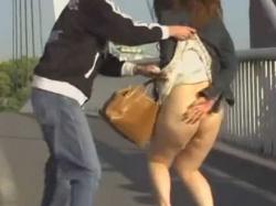 ノーパンスカートめくり!ぶよぶよのだらしないお尻を慌てて隠すぽっちゃり女性の画像