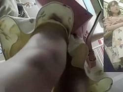 電車内パンチラ盗撮!ワンピース娘のスジ入り食い込みパンティーを前後から逆さ撮りの画像