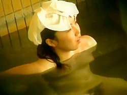 露天風呂盗撮!湯船に浸かっててても分るデカ黒乳首にもじゃもじゃマン毛の美乳女性の画像