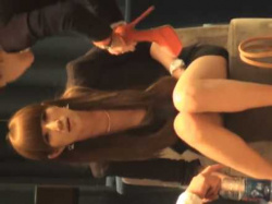 店内パンチラ盗撮!座って靴を試着するとタイトミニがズリ上がって太もも丸出しの美女の画像