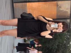 街角パンチラ盗撮!ミニワンピース美女を追跡して階段で見上げると純白パンティーの画像