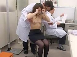 セクハラ健康診断!バスト計測で恥じらう美乳OLをじっとさせて乳首を舐めておく医師の画像
