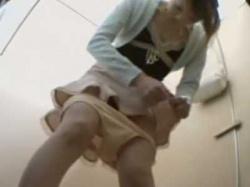 和式トイレ盗撮!素早くおしっこするとスカートに飛び散り慌ててふき取るギャルの画像