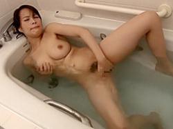 民家風呂オナニー!湯船から片足上げてジャバジャバするほど全力でかき回す巨乳妻の画像