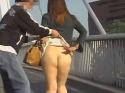 強襲スカートめくり!だらしないぶよぶよお尻をいきなり丸出しにされるむっちり女性の画像