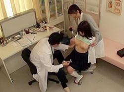 セクハラ診察盗撮!おっぱいを触診されても看護婦の羽交い締めで逃げられない巨乳娘の画像