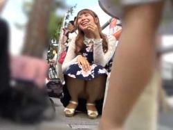 しゃがみパンチラ盗撮!人混みの中ミニスカ美女にそっと近づき至近距離で生パンツ狙いの画像