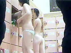 風呂脱衣所盗撮!友達にも見られないように前を隠しても後ろは丸見えのぴちぴち娘の画像
