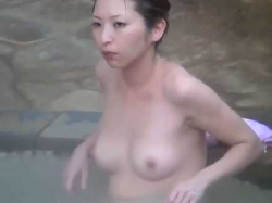 露天風呂盗撮!背筋を伸ばして張りのあるまん丸おっぱいを見せつける色白美乳女性の画像