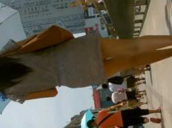 街中透けパン盗撮!サングラスで顔を隠してもパンツは見えちゃうミニワンピース美女の画像