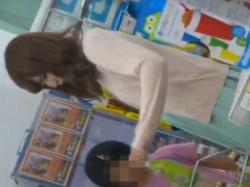 店内パンチラ盗撮!パステルワンピースにキラキラ純白パンツがすてきな清楚系若妻の画像