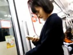駅構内でスカートめくり!制服美少女たちの後をつけバレないようにパンツ丸出しの画像