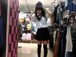 店内パンチラ盗撮!かわいい顔してお尻のワレメが見えてる透けパンツの制服美少女の画像