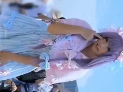 美少女コスプレイヤーパンチラ!かわいい衣装で笑顔を見せても屈むと下半身ズームの画像