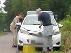 車修理中に我慢できずお漏らし!その場を離れられずズボンがびちょびちょの美人OLの画像