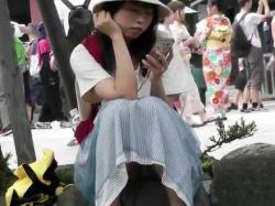 座りパンチラ!ロングスカートで膝に手を置いても正面からパンツが見えてる娘たちの画像