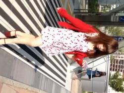 ワンピース美少女を追跡してスカートめくり!エスカレーターで豪快にパンツ丸出しの画像