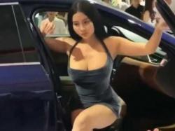 キャンギャルパンチラ!セクシーポーズで展示車よりも注目を集めるむちむち爆乳美女の画像