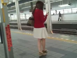 駅構内でスカートめくり!エスカレーターでむちむち下半身エロパンツを狙われる娘たちの画像
