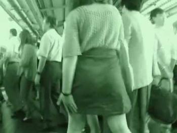 満員電車痴漢!人混みの中でスカートをめくられて足早に逃げるように下車する女性の画像