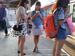 駅構内スカートめくり!エスカレーターで生パンツを見られちゃうミニスカ娘たちの画像