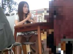 オープンカフェ座りパンチラ!会話に夢中でお股が緩みすぎの丸見えミニスカギャルの画像