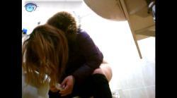 セブ○‐イレブ○近くて便器「素人女性達の中腰股間拭きとカメラ側への生尻見せがエロいです」の画像