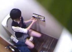 洋式トイレで制服JK2人がパンツを穿いたままお漏らししたあとの排泄と処理の様子を覗き鑑賞!の画像