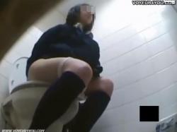 洋式トイレに入ってきた女子〇生のパンツや陰毛、排泄、拭きからオナニーまでを盗撮!の画像