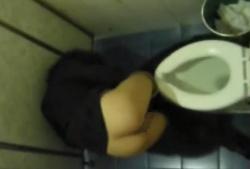 洋式トイレでベロンベロンに酔っ払ったお姉さんの転びながらの排泄姿を上から覗き盗撮!の画像