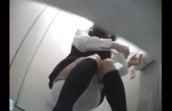 きれい系な制服女子〇生が洋式トイレで放尿からオナニーして痙攣昇天してる様子を覗き手撮り!の画像